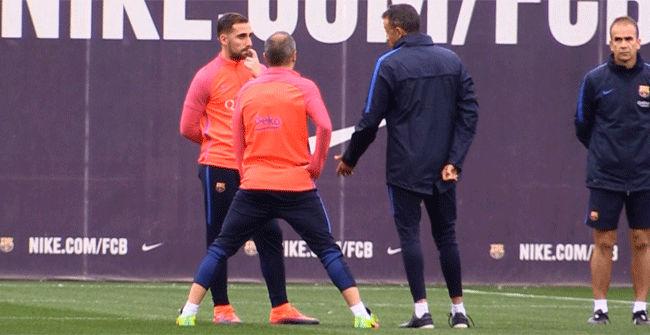 La larga charla entre Alcácer, Iniesta y Luis Enrique
