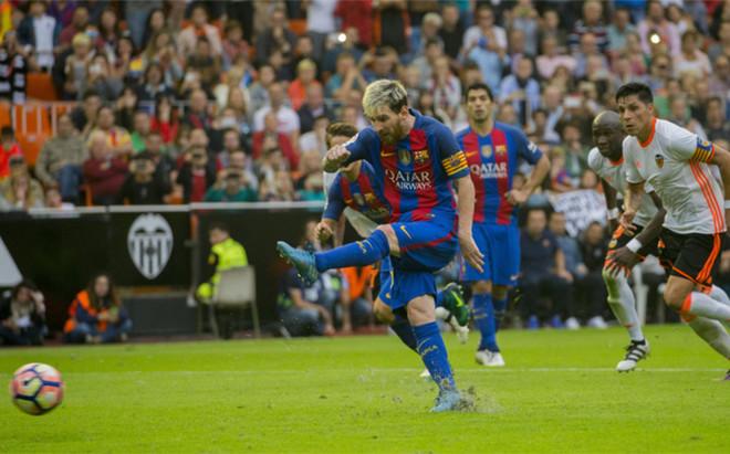 Leo Messi dispara a puerta en el Valencia-Bar�a de LaLiga 2016/17