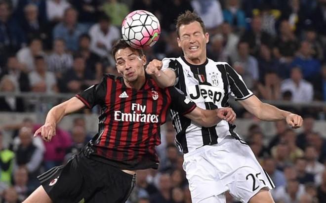 De Sciglio y Lichtsteiner luchan por un bal�n en la Supercoppa de Italia