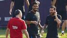Valverde, con Leo Messi y Suárez en un entrenamiento