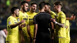 Gil Manzano, con los jugadores del Villarreal
