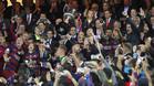GRA408. MADRID, 22/05/2016.- El capit�n del FC Barcelona Andr�s Iniesta (c), junto a sus compa�eros, levanta la Copa del Rey tras vencer en la final al Sevilla FC por 2-0, esta noche en el estadio Vicente Calder�n, en Madrid. EFE/JuanJo Mart�n