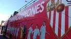 La expedici�n del Sevilla se pase� por la ciudad con un autob�s descapotable