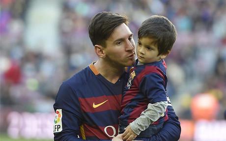 Leo Messi con su hijo Thiago en brazos