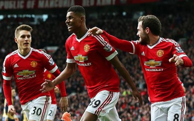 Debuta, hace 4 goles, y le aumentan el contrato en el Manchester United