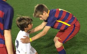 Pol Melet, jugador azulgrana, consolando a uno del Real Madrid