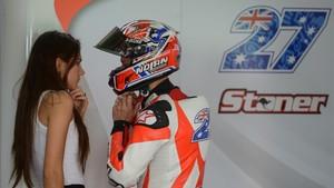 Stoner y Adriana, durante unos test de Ducati