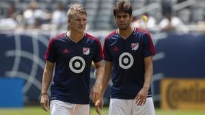 Kaká, aquñi junto a Schweinsteiger, valora seguir jugando en Brasil