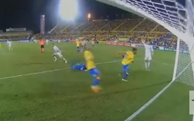 Cristiano levant� la mano en el gol de Benzema
