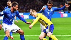 Forsberg pelea un balón entre Jorginho y Barzagli