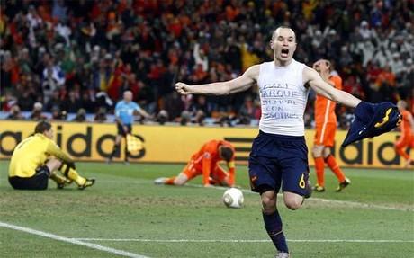 Iniesta celebrando el gol que le dio mundial a España