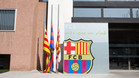 Las banderas ondearon a media asta en las oficinas del FC Barcelona en honor a Cruyff con motivo de su muerte el 24 de marzo de 2016