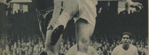 Kubala y Santamaría saltan por un balón. Ocurrió en el clásico de la temporada 1958-59, que venció el Barça por 4-0, con hat-trick de Evaristo y otro gol de Tejada. Curiosamente ambos jugarían después en el club blanco