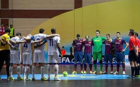 Los jugadores de ambos equipos, durante el minuto de silencio en memoria de Tito Vilanova