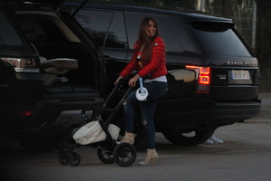 Messi y Antonella y Luis Suárez y Sofía, con los niños a la salida del colegio