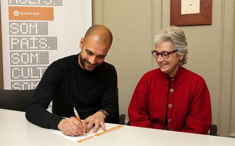 Muriel Casals, junto a Pep Guardiola, en la sede de �mnium Cultural en 2012