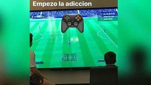 Thiago Messi juega a la PlayStation