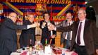El presidente de la peña Edmundo Bazo alzando la copa junto al representante del club Jordi Durà, el concejal Martín Criado y sus compañeros del Consell Consultiu JoséMayenco y Jordi Abellán