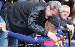 Momento en el que Neymar se abrazó con el padre del Leo Baptistao, jugador brasileño del Villarreal CF