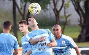 Luis Suárez da toques al balón con la cabeza en el entrenamiento de hoy de Uruguay