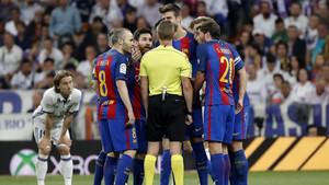Ni el árbitro pudo con un Barça imperial
