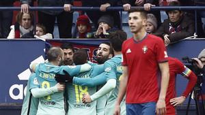 El Barcelona celebra el gol de Suárez contra el Osasuna, en el partido de la primera vuelta