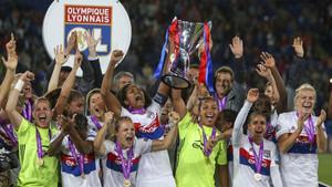 Las jugadoras del OL, tras conquistar el trofeo