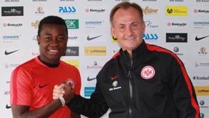 Nelson Mandela ha firmado su primer contrato profesional con el Eintracht Frankfurt