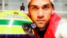 Dani Alves con un casco como el que llevaba Ayrton Senna