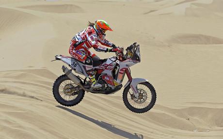 Laia Sanz sobre las dunas de Marruecos