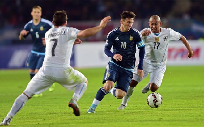 Lionel Messi entre los centrocampistas Egidio Ar�valo R�os y Cristian Rodr�guez en el partido de en un Uruguay - Argentina