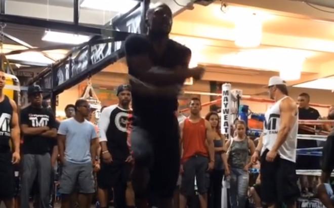 Mayweather se pone a punto en el gimnasio