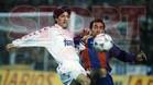 Iván Zamorano pugna un balón con Abelardo en el clásico de la temporada 93-94, que terminó con victoria culé (0-1). El Barça de Johan Cruyff llegó al Bernabéu en segunda posición en Liga y el Real Madrid, tercero.