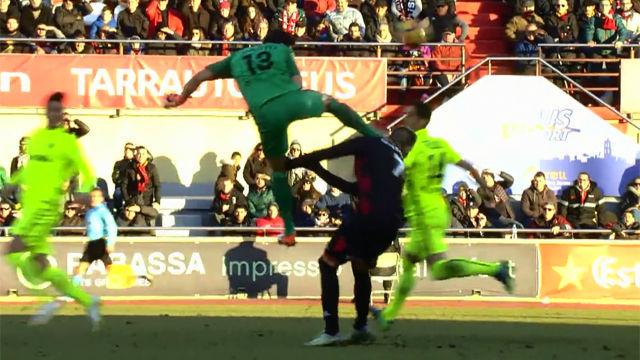 Video resumen: La escalofriante patada a Querol en el Reus - Almería (1-0)