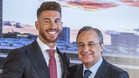 Sergio Ramos y Florentino Pérez en la firma oficial de la renovación de contrato del primero el 17 de agosto de 2015