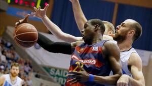 Diagné lucha por un balón ante la oposición de Aleks Maric