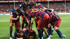 GRA388. MADRID, 22/05/2016.- Los jugadores del FC Barcelona felicitan Jordi Alba (i, en el suelo) celebra tras marcar ante el Sevilla, durante la final de la Copa del Rey que disputan esta noche en el estadio Vicente Calder�n, en Madrid. EFE/JuanJo Mart�n