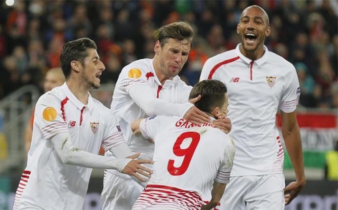 Gameiro marc� un gol que vale su peso en oro y acerca al Sevilla a la final
