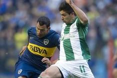 Giovanni Simeone, a la derecha, lucha por un bal�n con Carlos Tevez, en un Boca-Banfield