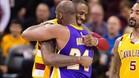 Kobe y LeBron se abrazan tras jugar un partido muy especial