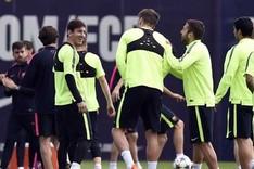 Los jugadores del FC Barcelona en el inicio del entrenamiento previo al duelo de la Champions contra el PSG