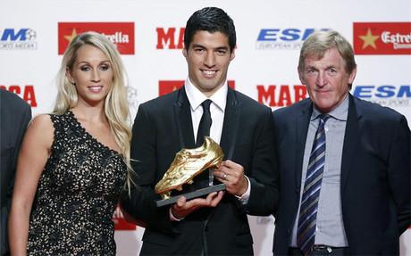 Luis Su�rez muestra la Bota de Oro junto a su esposa Sof�a Balbi y Kenny Dalglish