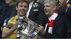 Monreal con Arsene Wenger celebrando el título de la FA Cup