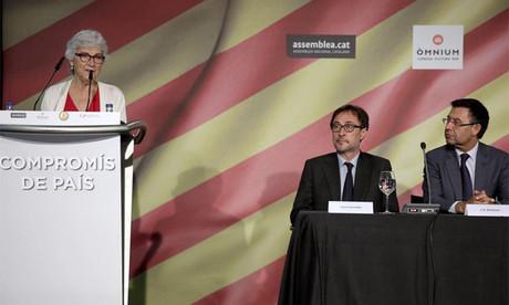 Los candidatos a la presidencia del FC Barcelona, Agust� Benedito (2d), y Jordi Bartomeu (d), escuchan a la presidenta de Omnium Cultural, Muriel Casals (i), durante el acto en el que los candidatos a la presidencia del club azulgrana han formalizado su firma en el Comprom�s de Pa�s