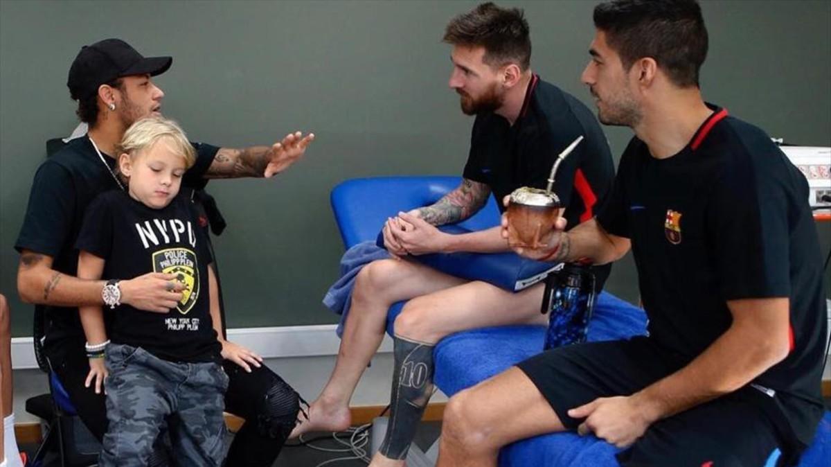 Neymar bertemu dengan Luis Suarez dan Lionel Messi ketika berkunjung ke Barcelona