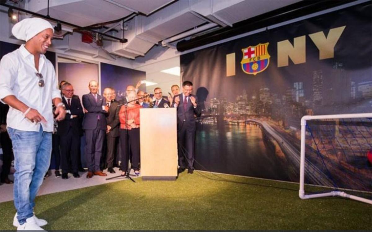Un gol de ronaldinho inaugura la oficina del fc barcelona for Oficinas fc barcelona