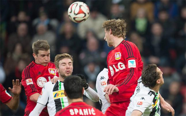 Stefan Kiessling (segundo por la derecha) del Bayer Leverkusen remata de cabeza durante el partido de su equipo frente al Borussia Moenchengladbach