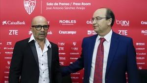 Jose Castro junto a Jorge Sampaoli, el día de la presentación del técnico argentino