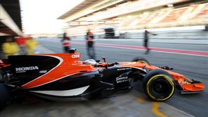 Alonso, saliendo de boxes
