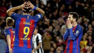 Suárez y Messi se lamentan de una ocasión fallada